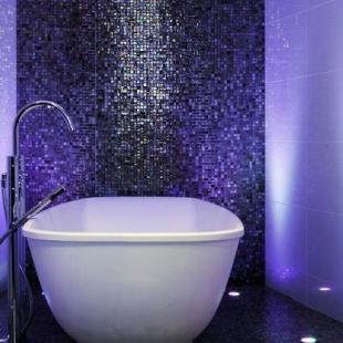Сиреневая мозаика в ванной комнате